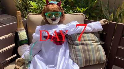Horrorpop Annabelle vermaakt zich prima tijdens quarantaine
