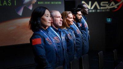 Netflix deelt trailer van ruimteserie 'Away' met Hilary Swank