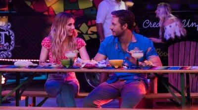 Emma Roberts zoekt een date in eerste trailer van Netflix-film 'Holidate'