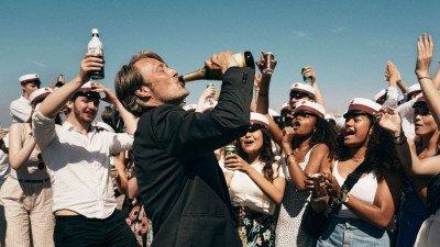 Thomas Vinterbergs 'Druk' met Mads Mikkelsen wint Beste Film op het London Film Festival