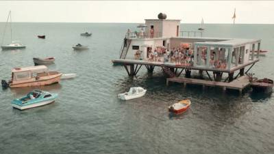 Trailer van Italiaanse Netflix-komedie 'L'incredibile storia dell'isola delle rose' nu te zien