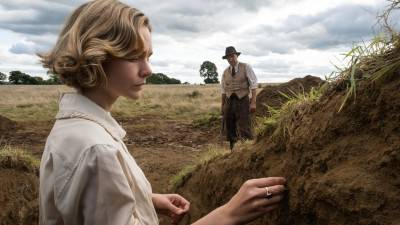 Netflix deelt eerste beelden van 'The Dig' met Carey Mulligan, Ralph Fiennes en Lily James