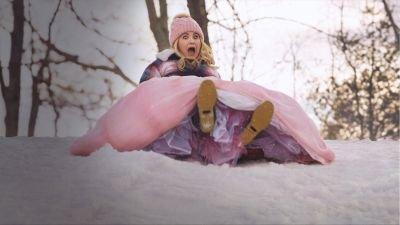 Hartverwarmende sprookjeskomedie 'Godmothered' vanaf vandaag te zien op Disney+