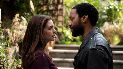 Anne Hathaway en Chiwetel Ejiofor stelen een diamant in de trailer van pandemiefilm 'Locked Down'