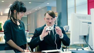 Vanavond op tv: Oliver Masucci als Adolf Hitler in de komediefilm 'Er Ist Wieder Da'