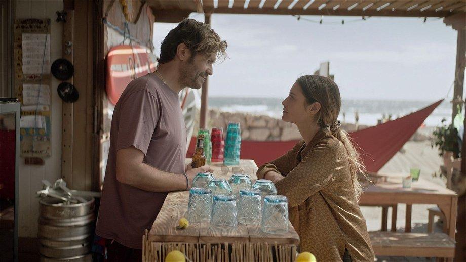 Liefde en wetenschap komen samen in de trailer van Britse Netflix-serie 'The One'