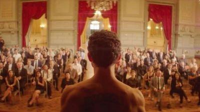 Sam wordt een levend kunstwerk nadat hij vlucht voor de oorlog in de trailer van 'The Man Who Sold His Skin'