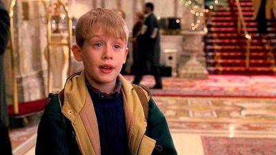 Ryan Murphy deelt eerste foto van 'Home Alone'-ster Macaulay Culkin in 'American Horror Story'