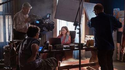 Netflix geeft een kijkje achter de schermen op de set van 'The Woman in the Window'