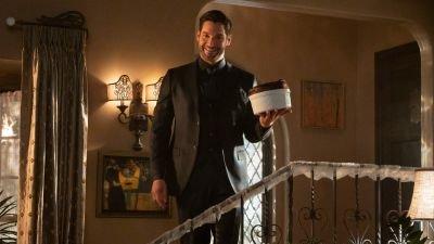 Tom Ellis sloopt per ongeluk de set in nieuwe bloopervideo van 'Lucifer' seizoen 5
