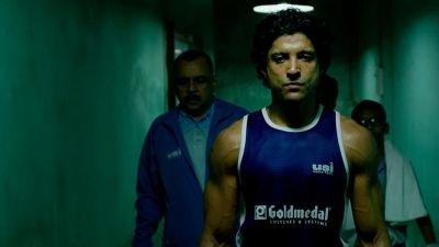 Aziz maakt de overstap van straatvechter naar professionele bokser in de trailer van 'Toofaan'