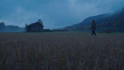 Een jonge vrouw staat op uit de dood in de trailer van nieuwe Noorse Netflix-serie 'Post Mortem'