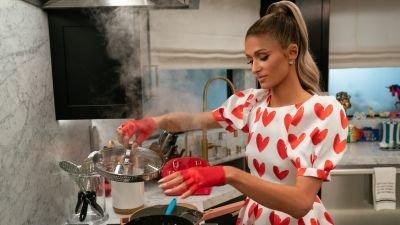 Paris Hilton doet een poging in de keuken in de trailer van Netflix-serie 'Cooking With Paris'