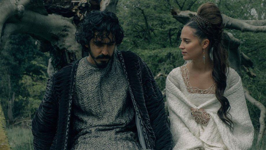 Dev Patel vraagt reuzen om hulp in nieuwe clip van 'The Green Knight'