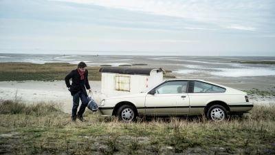 Regisseur Alex van Warmerdam schept hoge verwachtingen met de eerste trailer van Nederlandse thriller 'Nr. 10'
