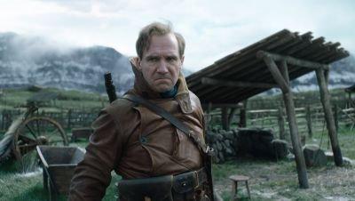 Ralph Fiennes schittert in de nieuwe trailer van 'Kingsman'-prequel 'The King's Man'