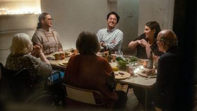 Eerste veelbelovende trailer van dramafilm 'The Humans' met Beanie Feldstein en Amy Schumer nu te zien