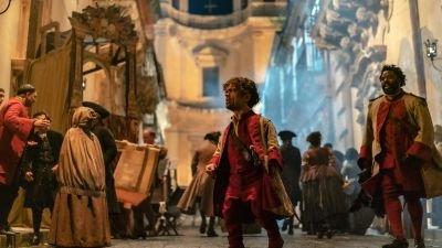 Peter Dinklage schittert in de trailer van muzikale dramafilm 'Cyrano'