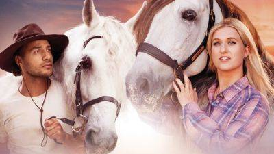Britt Dekker runt een manege in de spannende trailer van haar nieuwe paardenfilm 'Silverstar'